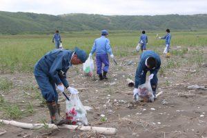 抜海海岸を清掃