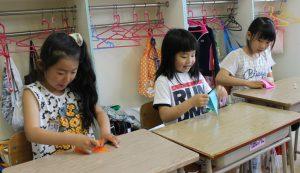 児童生徒が折り鶴