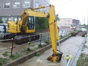 チララウスナイ川での重機での土砂除去作業