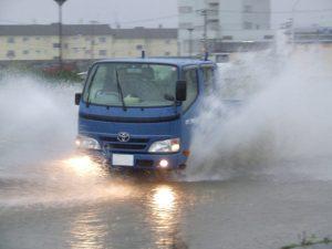 水しぶきを上げて走行する車